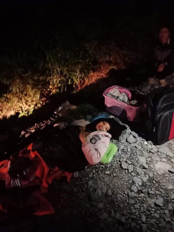 Bác sĩ đi 4km cấp cứu bé sinh non và bị đẻ rơi - Ảnh 1.
