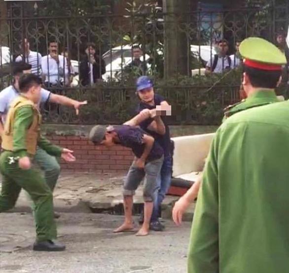 Giải cứu nam thanh niên ngáo đá, tự cứa dao vào cổ - Ảnh 2.