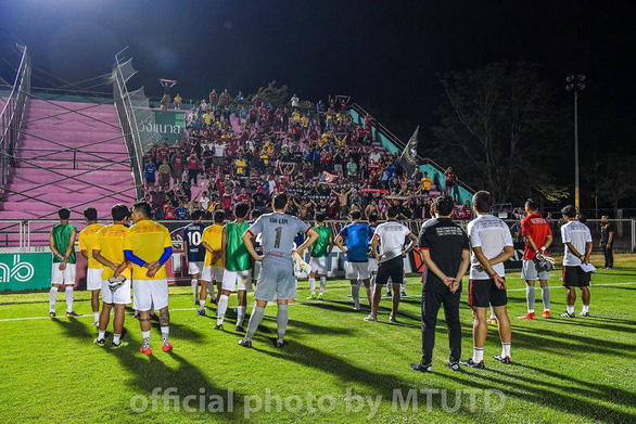 Kết quả bết bát, Văn Lâm và đồng đội ở Muangthong United bị ném đá - Ảnh 1.