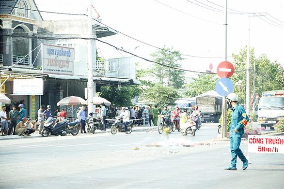 Xe tải lao qua đường ngược chiều càn quét vỉa hè, một phụ nữ tử vong - Ảnh 1.