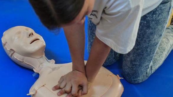Scotland dạy học sinh hồi sức tim phổi để cứu người - Ảnh 1.