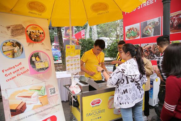 Lễ hội Singapore đầu tiên tại Việt Nam thu hút hàng ngàn người dân phía Bắc - Ảnh 8.