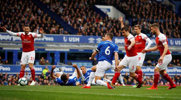 Arsenal bỏ lỡ cơ hội cắt đuôi Chelsea và M.U - Ảnh 1.