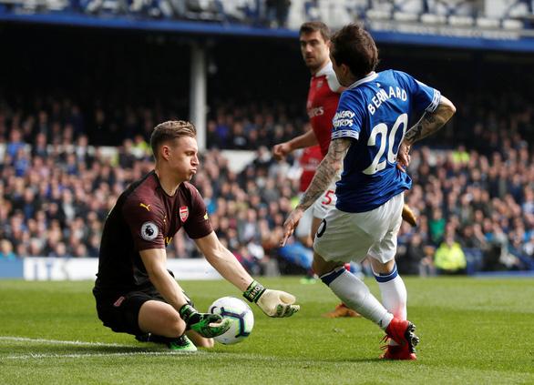Arsenal bỏ lỡ cơ hội cắt đuôi Chelsea và M.U - Ảnh 2.