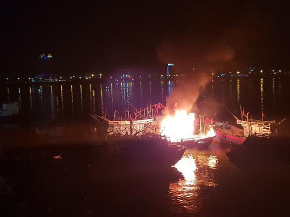 Cháy tàu cá đang neo đậu trên sông Hàn - Ảnh 1.