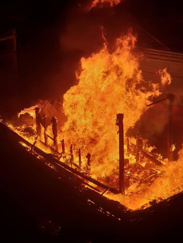 Cháy tàu cá đang neo đậu trên sông Hàn - Ảnh 2.