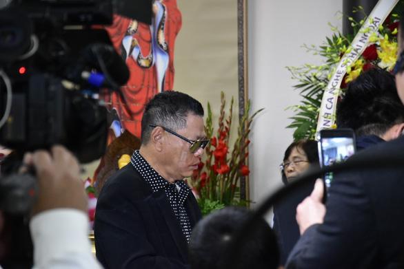 Việt Hương trao 30.000 USD của ông Hoàng Kiều tặng gia đình Anh Vũ - Ảnh 2.