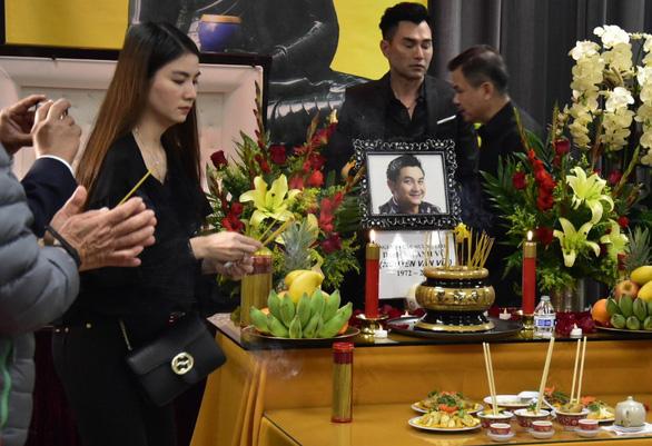 Việt Hương trao 30.000 USD của ông Hoàng Kiều tặng gia đình Anh Vũ - Ảnh 1.