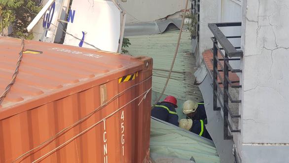 Giải cứu tài xế container kẹt trong cabin sau khi lao vào nhà dân - Ảnh 2.