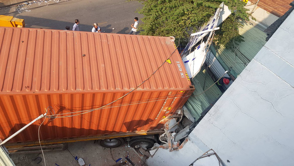 Giải cứu tài xế container kẹt trong cabin sau khi lao vào nhà dân - Ảnh 5.
