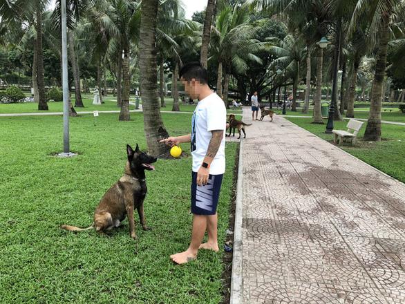 Huấn luyện chó dữ ở… công viên, người đi dạo phát khiếp - Ảnh 3.