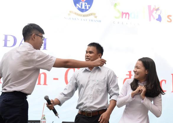 Huấn luyện viên Muay Thái dạy học sinh chiêu tấn công kẻ sàm sỡ - Ảnh 1.