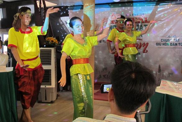 Trình diễn nghệ thuật dân gian ba miền trên phố đi bộ Nguyễn Huệ - Ảnh 2.