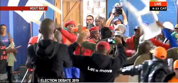 Bất đồng quan điểm, nghị sĩ Quốc hội Nam Phi vác ghế choảng nhau - Ảnh 1.
