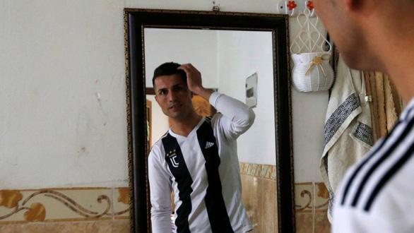 Cầu thủ Iraq gây 'sốt' vì giống… Ronaldo - Ảnh 1.