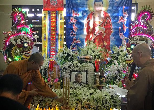 Gia đình Anh Vũ nghẹn ngào làm lễ tang ở chùa Ấn Quang - Ảnh 7.