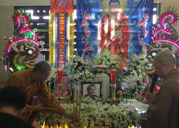 Nghệ sĩ, bạn hữu rơi lệ viếng Anh Vũ ở lễ tang đầy hoa trắng - Ảnh 6.
