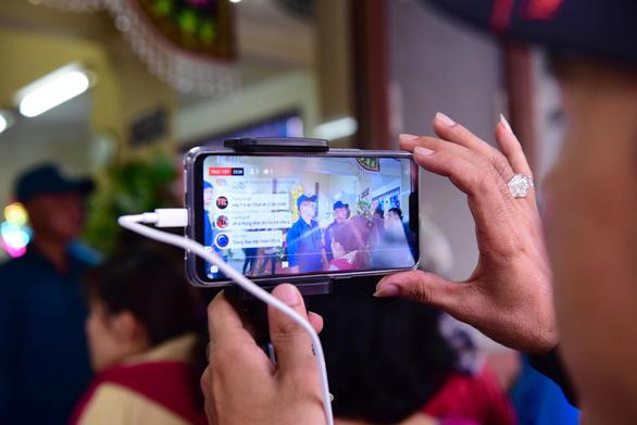 Phản cảm livestream, chụp ảnh câu like ở đám tang Anh Vũ - Ảnh 7.