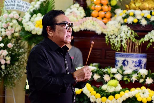 Nghệ sĩ, bạn hữu rơi lệ viếng Anh Vũ ở lễ tang đầy hoa trắng - Ảnh 3.