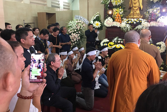 Gia đình Anh Vũ nghẹn ngào làm lễ tang ở chùa Ấn Quang - Ảnh 2.