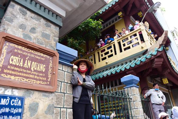 Gia đình Anh Vũ nghẹn ngào làm lễ tang ở chùa Ấn Quang - Ảnh 6.