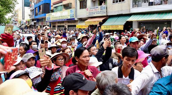 Gia đình Anh Vũ nghẹn ngào làm lễ tang ở chùa Ấn Quang - Ảnh 8.