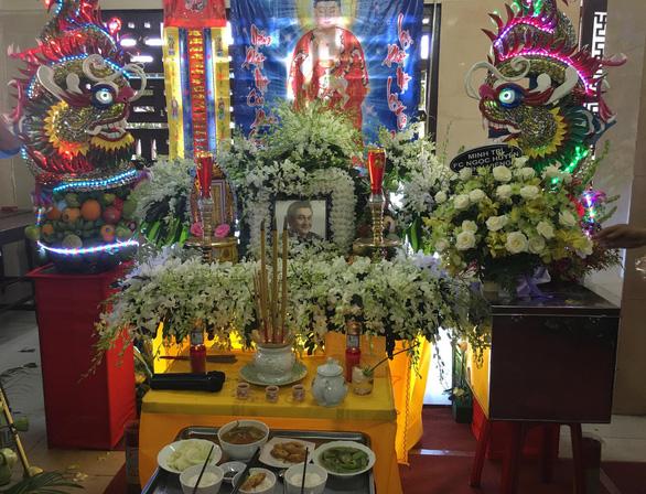 Gia đình Anh Vũ nghẹn ngào làm lễ tang ở chùa Ấn Quang - Ảnh 4.