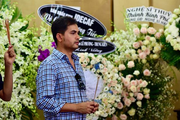 Nghệ sĩ, bạn hữu rơi lệ viếng Anh Vũ ở lễ tang đầy hoa trắng - Ảnh 2.
