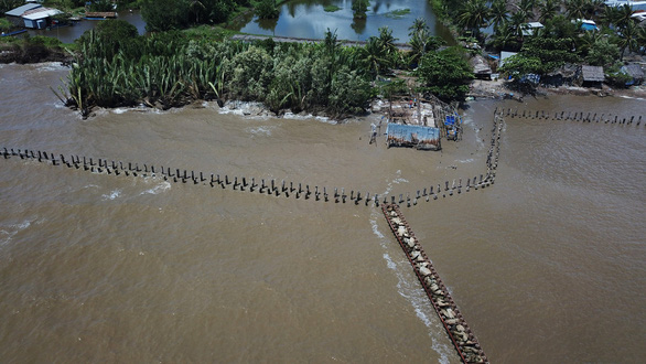 Hàng chục ngàn hộ dân vùng ĐBSCL mất nhà do sạt lở - Ảnh 1.