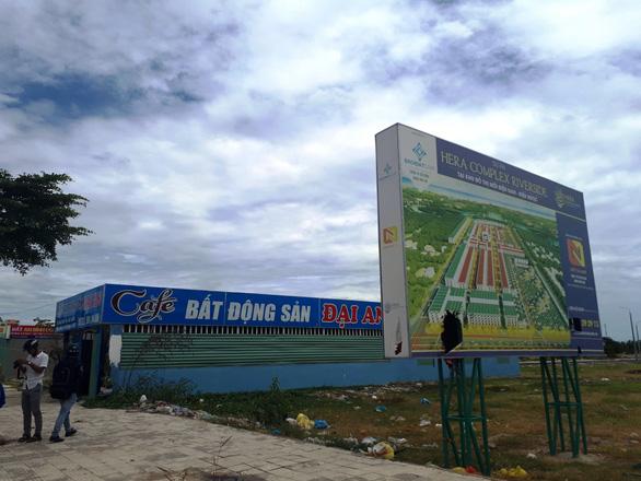 Chủ tịch tỉnh Quảng Nam dừng họp để tiếp dân vụ mua đất không được cấp sổ đỏ - Ảnh 2.