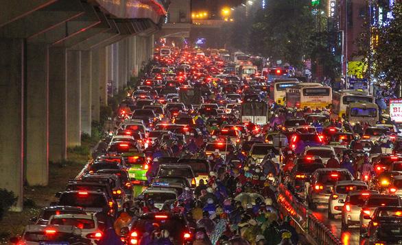 Chủ tịch Hà Nội: Cấm xe máy chỉ là ý kiến cá nhân, thành phố chưa quyết - Ảnh 1.