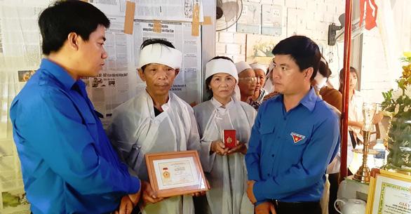 Chàng trai quên mình cứu người được truy tặng huy hiệu Tuổi trẻ dũng cảm - Ảnh 1.