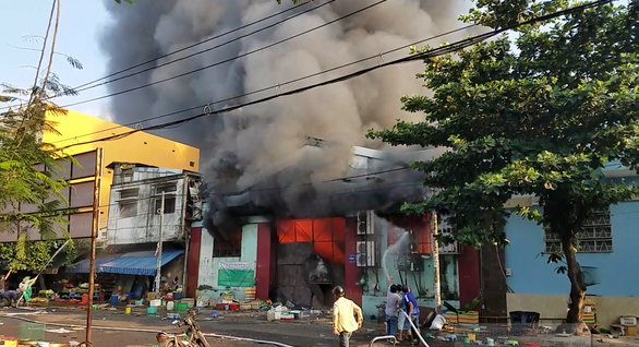 Cháy xưởng nông sản khoảng 1.000m2, hàng trăm tiểu thương tháo chạy - Ảnh 1.