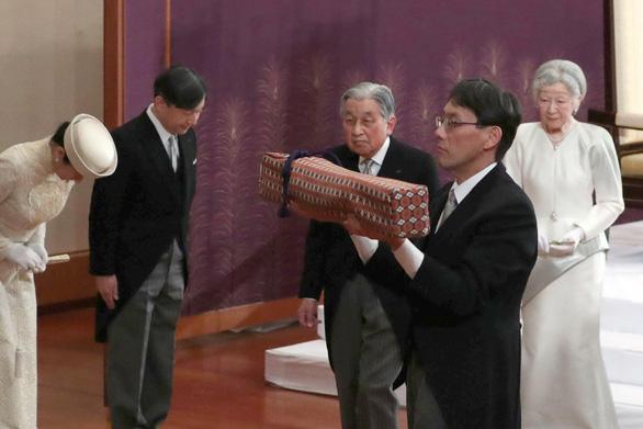 Nhật bước vào vương triều mới với lời chúc phúc ổn định và giàu có  - Ảnh 1.