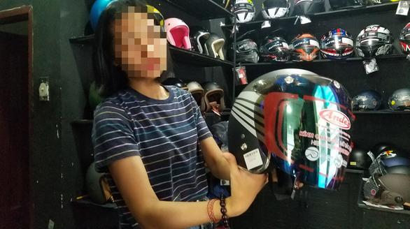 Ma trận mũ bảo hiểm, áo chống tia UV ngày nắng nóng - Ảnh 1.