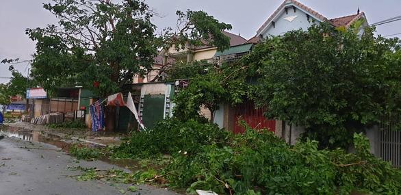 Mưa vàng kèm lốc xoáy tốc mái 80 nhà dân Hà Tĩnh - Ảnh 3.