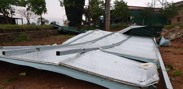 Mưa vàng kèm lốc xoáy tốc mái 80 nhà dân Hà Tĩnh - Ảnh 2.