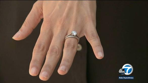 Đánh rơi nhẫn cưới 11 năm, bất ngờ có người tìm trả - Ảnh 1.