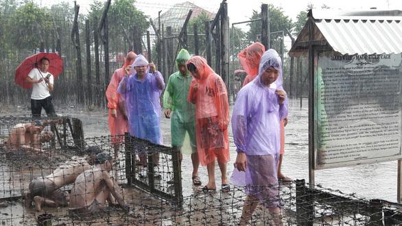 Mưa làm khổ du khách ở Phú Quốc - Ảnh 1. mưa làm 'khổ' du khách ở phú quốc - du-khach-doi-mua-o-phu-quoc-5read-only-15566741999241487426132 - Mưa làm 'khổ' du khách ở Phú Quốc