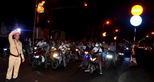 Cầu Bến Lức ken kín xe máy trong đêm 1-5 - Ảnh 2.