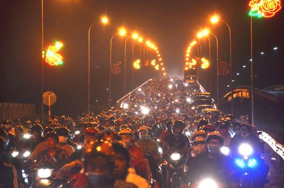 Cầu Bến Lức ken kín xe máy trong đêm 1-5 - Ảnh 4.