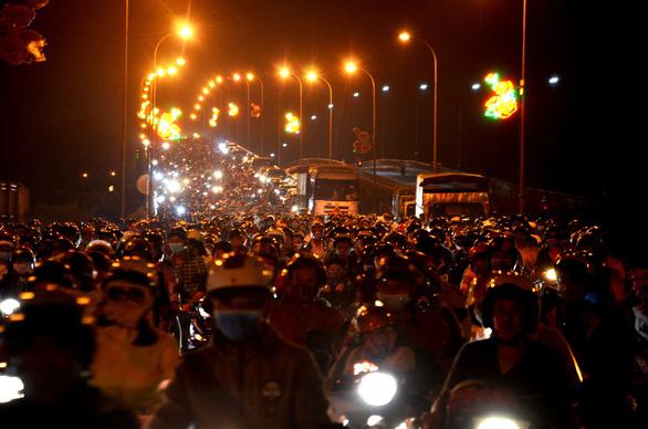 Cầu Bến Lức ken kín xe máy trong đêm 1-5 - Ảnh 1.