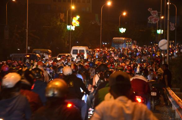 Cầu Bến Lức ken kín xe máy trong đêm 1-5 - Ảnh 3.
