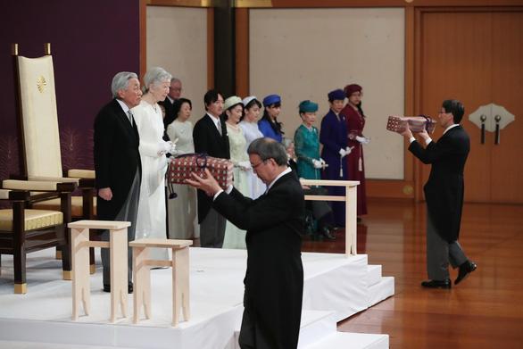 Nhật bước vào vương triều mới với lời chúc phúc ổn định và giàu có  - Ảnh 5.