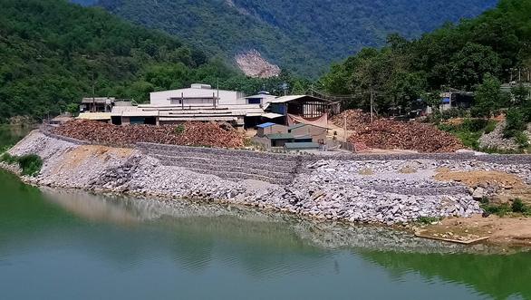 Phạt hợp tác xã đổ đất đá lấn chiếm sông Mã 30 triệu - Ảnh 2.