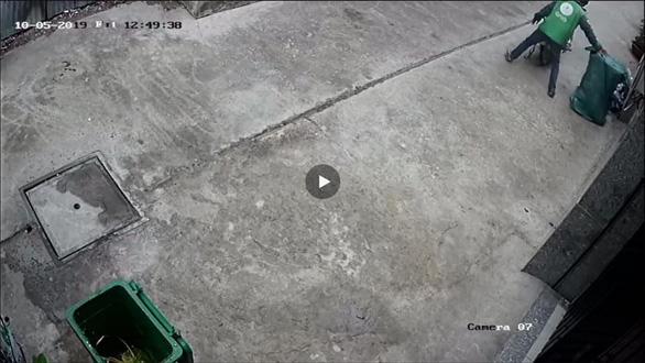 Xem camera, thấy cảnh tên trộm thản nhiên bọc kín thùng rác mang đi - Ảnh 2.