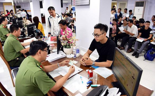Làm thủ tục cấp hộ chiếu tại giường bệnh cho bệnh nhân cần ra nước ngoài chữa trị - Ảnh 1.