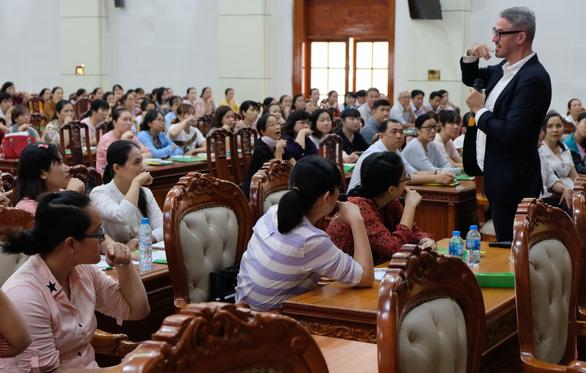Giáo viên 26 tỉnh thành tập huấn sử dụng sách tham khảo - Ảnh 1.