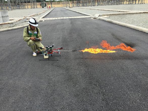 Xem Rồng lửa 2 của ngành điện khạc lửa đốt vật thể lạ trên đường dây - Ảnh 1.
