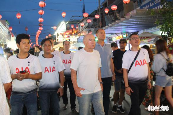 Chợ đêm Phú Quốc sôi động chào đón tỉ phú - ông chủ CLB Tottenham - Ảnh 1.